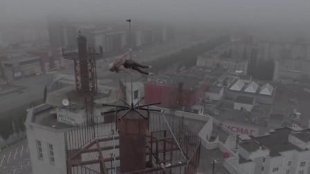 惊险 女舞蹈演员16层高楼房顶挑战钢管舞