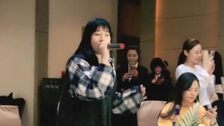 女孩饭桌上唱歌 一开口全场的朋友都嗨了 人生就是这么潇洒