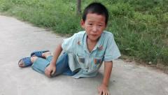 爆笑碰瓷系列之一 这两个农村小孩太会玩了