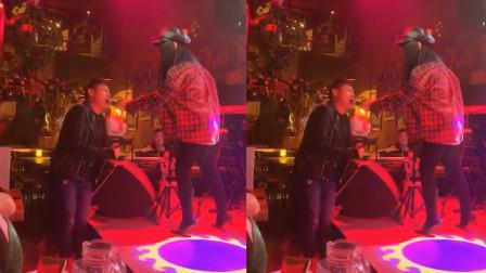 酒吧醉酒男子唱《魔鬼中的天使》走红,经历了什么,唱的撕心裂肺