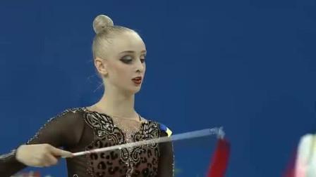 艺术体操女神一双美腿横行赛场,可爱身姿表演