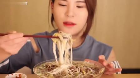 韩国美女吃牛肉米线,动作真快,几下子就没了