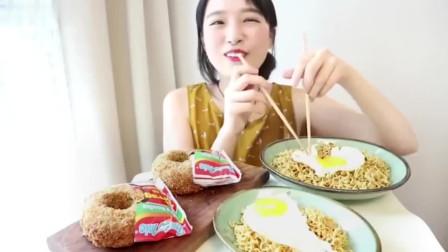 韩国美女吃甜甜圈,加上鸡蛋炒面,大口猛塞,