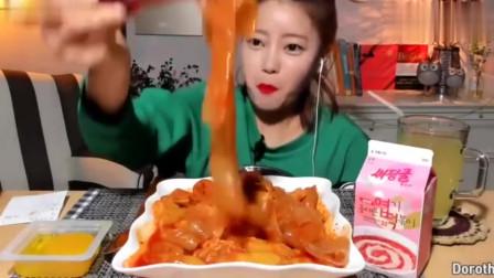 韩国美女吃辣炒宽粉,每嘴都吃的满满的,吃得
