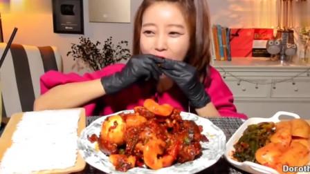 韩国美女啃香辣猪脚,啃得有滋有味,美滋滋的