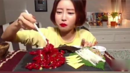 韩国美女大胃王直播生吃牛肉,看的我都饿了,