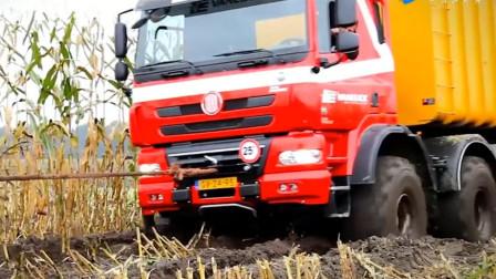 36吨重卡车深陷玉米田,要200匹马力的拖拉机来救场,长见识了!