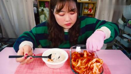 韩国女吃货,吃辣白菜,配上白米饭,大口大口
