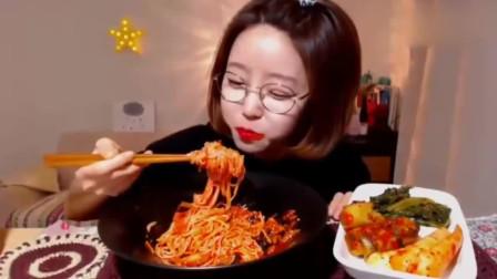 韩国美女dorothy猛吃香辣拌面和泡菜重口味吃播太