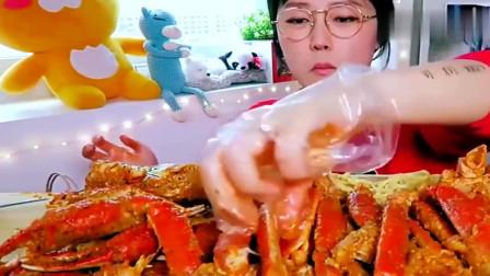 韩国美女kimi吃帝王蟹,蟹钳堆了一桌子