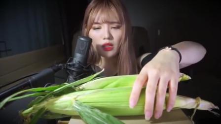 韩国美女吃两条生玉米,一口连着啃,吃的贼香