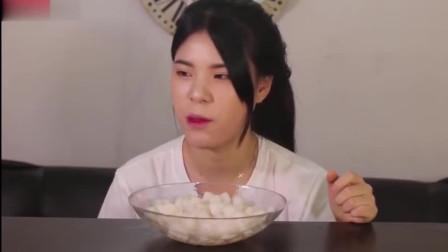 韩国美女吃小冰块,嚼起来脆劲十足,听着好有