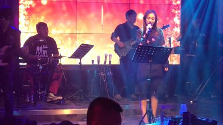 酒吧美女演唱经典《爱的代价》,一开口就秒杀