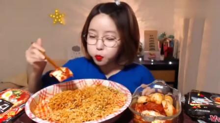 韩国美女吃辣拌面,配上泡菜吃,好吃的停不下