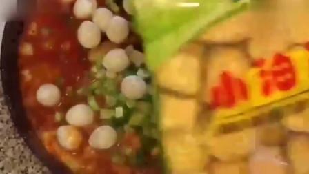 韩国美女吃辣炒年糕,吃的美滋滋的,看着就流