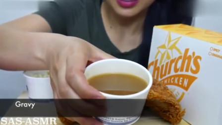 韩国美女吃辣炸鸡腿,咬一口又香又脆,看着口