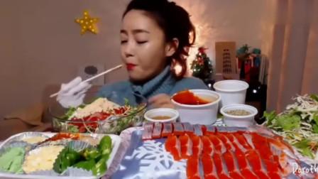 韩国美女吃鱼生片和搅拌菜,大口大口的猛塞,