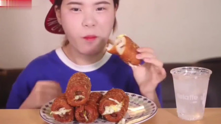 韩国美女热狗面包,几大口一个,胃口还不错