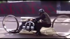 国外恶搞视频:震惊了!美女下车和汽车一起赛