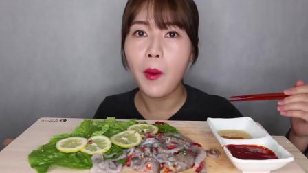 韩国美女直播吃凉拌章鱼,章鱼须还会蠕动,看