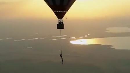 极度危险的美!舞者坐热气球在百米高空跳钢管