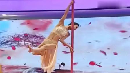 小姐姐跳钢管舞,台下观众喝彩声不断,跳的太