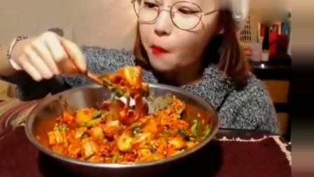 小姐姐吃播:韩国美女欧尼吃海产品拌饭,大口