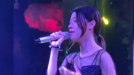 终于找到了这位美女酒吧歌手翻唱的版本了,一
