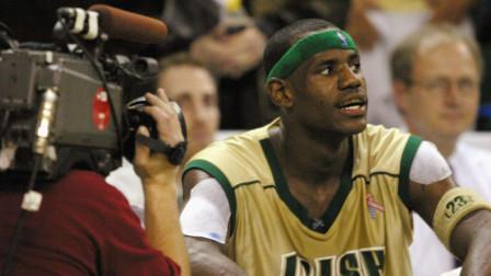 詹姆斯高中时第一次打全美直播的比赛时什么水平?从此他成为篮球界的宠儿