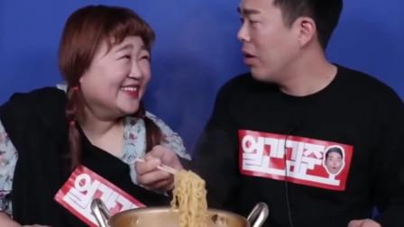 这个韩国小哥不简单,美食与美女相伴,超满足