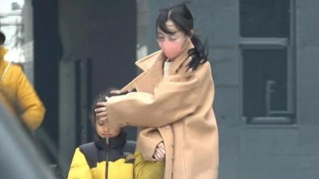 李小璐接甜馨放学 遇强风用手护住女儿