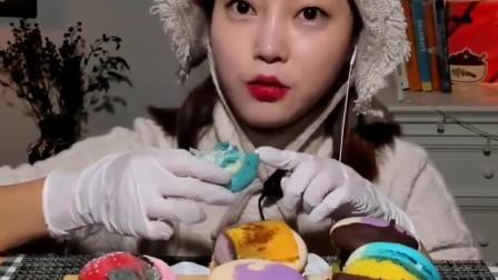 韩国宽粉美女挑战可爱马卡龙,一口一个超满足