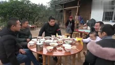 王四和他同学,饭桌上边喝边聊,还爆出王四许