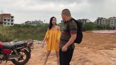 搞笑视频,农村大哥坐摩托车,被美女司机套路