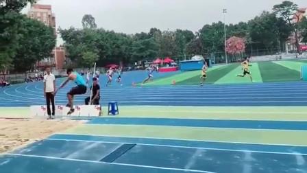 体育队的跳高选手,临时被拉来跳远,不料成绩