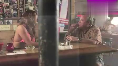 男子调戏酒吧美女,谁知美女不领情,尴尬了