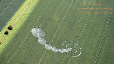 外星人突降,在农场玉米田做出巨大的麦田圆圈,农场主一家自此发生很多奇奇怪怪的事