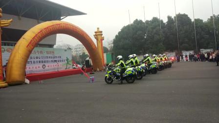 河南漯河这个体育场在做什么怎么这么多警车厉