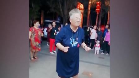 网红奶奶一跳成名,音乐一响忍不住跟她跳,太