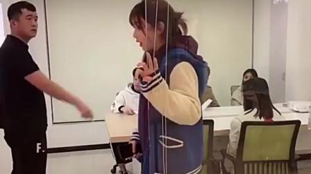 搞笑视频:开会迟到了怎么办,看钟婷的神奇操