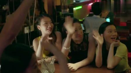袁帅在酒吧喝酒,还被年轻美女搭讪,不料袁帅