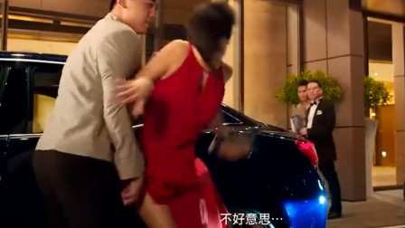 这司机小伙故意的吧,关车门竟把美女裙子夹坏