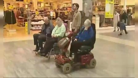国外搞笑视频:路人帮忙,照看三位轮椅老人,