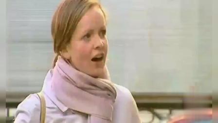 国外搞笑视频:妈妈享受美味大餐,孩子让路人