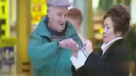国外搞笑视频:借别人的眼镜,女士戴后就要溜