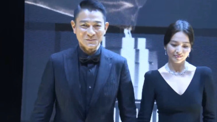 刘德华和韩国美女携手颁奖,华仔说韩语,俩人