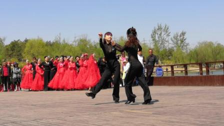 两位美女老师在南海子公园表演吉特巴,音乐动