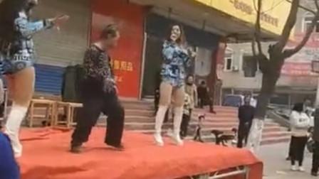大爷路遇火辣女子热舞 底下跳不过瘾自己上台了