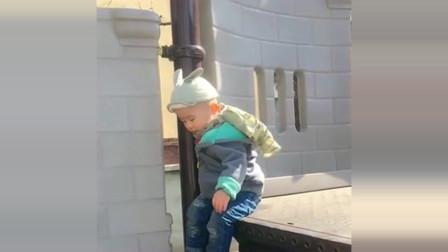 萌娃:两岁的宝宝下楼梯,音乐响起来,真是绝