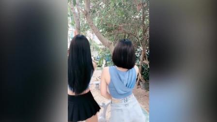 两姐妹热舞,行人看呆了,直夸身材好